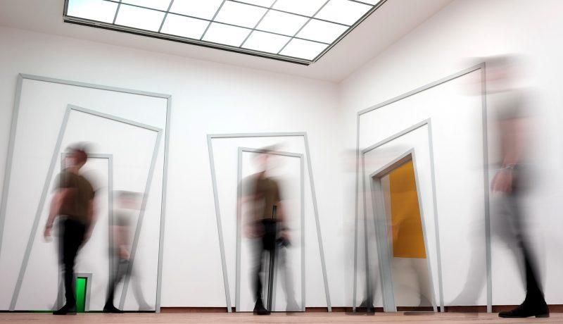 Ludzie w nowoczesnym muzeum