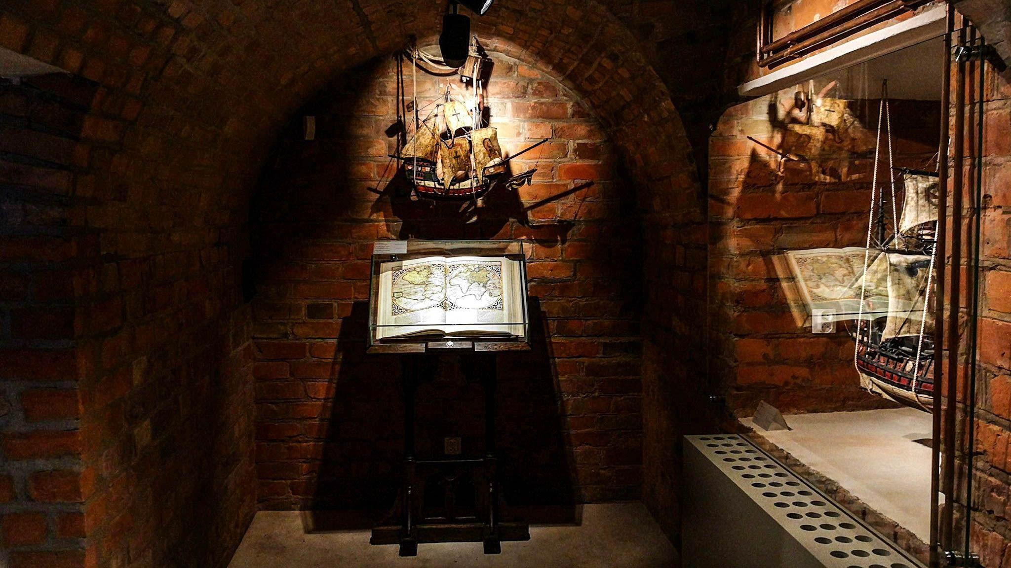 Stara księga na ekspozycji w Domu Mikołaja Kopernika